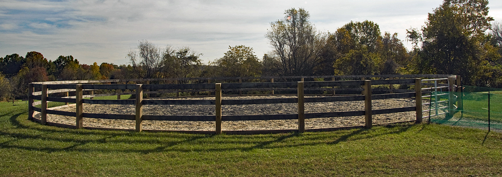 Small, circular warm-up riding ring